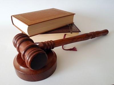 un maillet un livre de lois symbolise les mentions légales