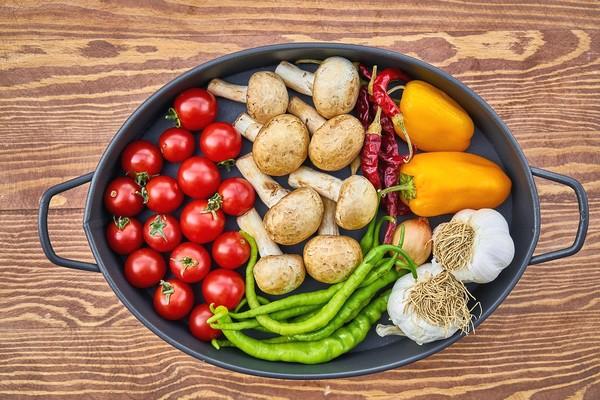 alimentation végétale tomates champignons dans une cassolette