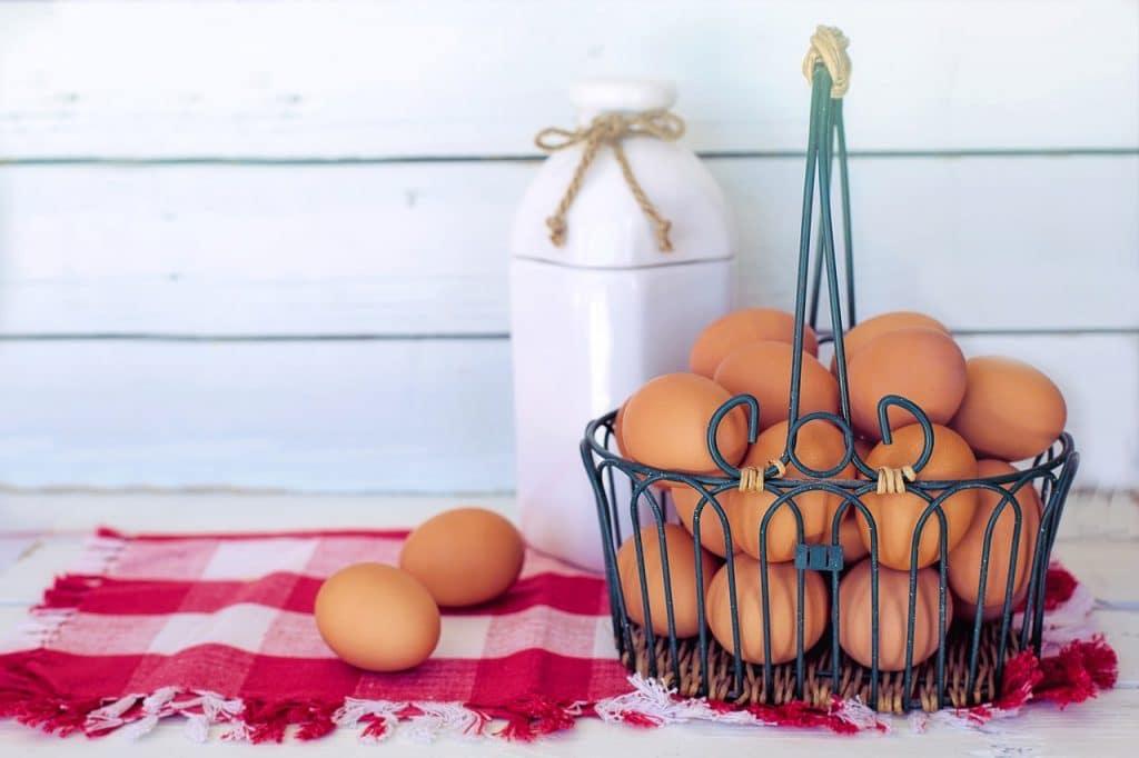 œufs de poule dans un panier