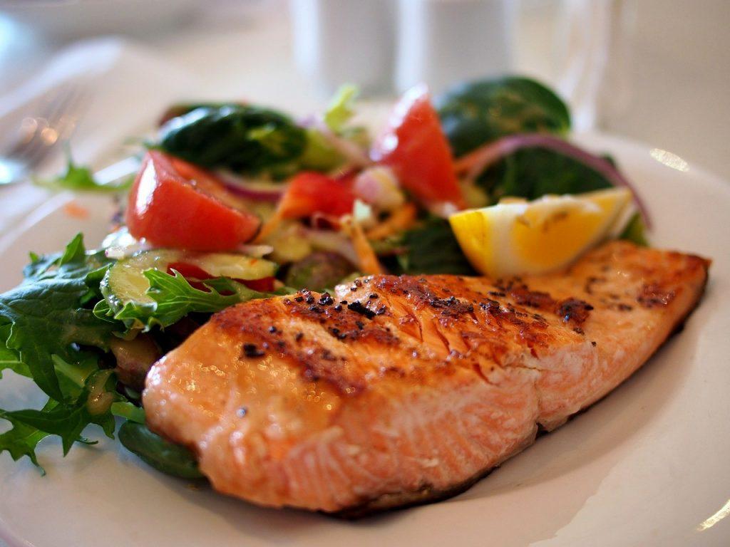 filet de saumon accompagné de salade