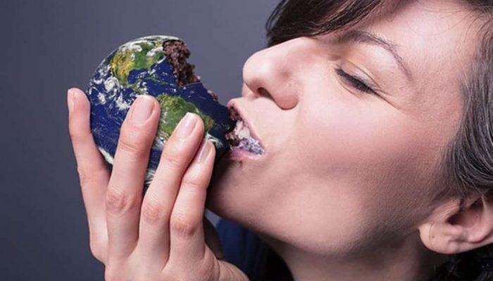 femme qui mange une planète en chocolat